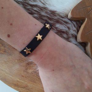 Zwart armbandje met gouden sterren (verstelbaar)